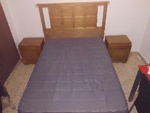 Vendo cama matrimonial con colchón, somier y dos muebles.