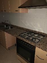 Cocina completa con muebles, horno, campana y encimera