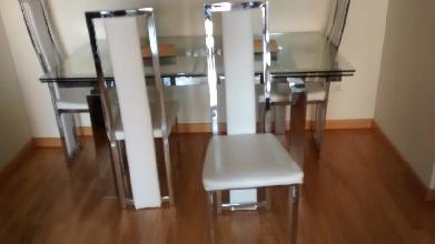 4 sillas blancas