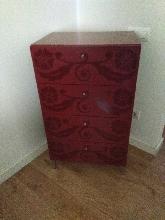 Mueble rojo de diseño cajonera