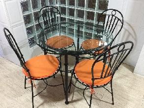 Mesa y cuatro sillas de forja