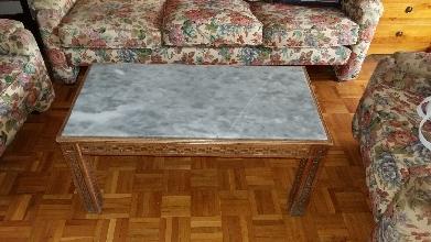 Mesa baja de salón de madera y mármol