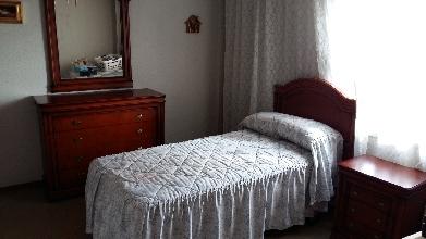 dormitorio completo de madera caoba con dos camas y coqueta