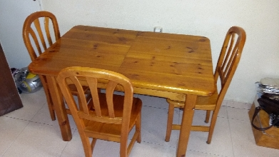 Mesa de cocina extensible de madera de pino con sillas a juego