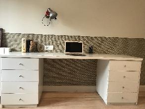 Mesa de estudio de carpintería con cajones