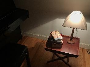 Mesita de madera con lámpara incluido