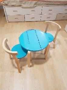 Conjunto Infantil Mesa mas dos sillas madera color natural y azul