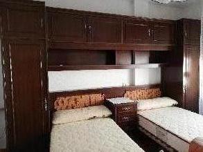 Dormitorio puente con mesilla