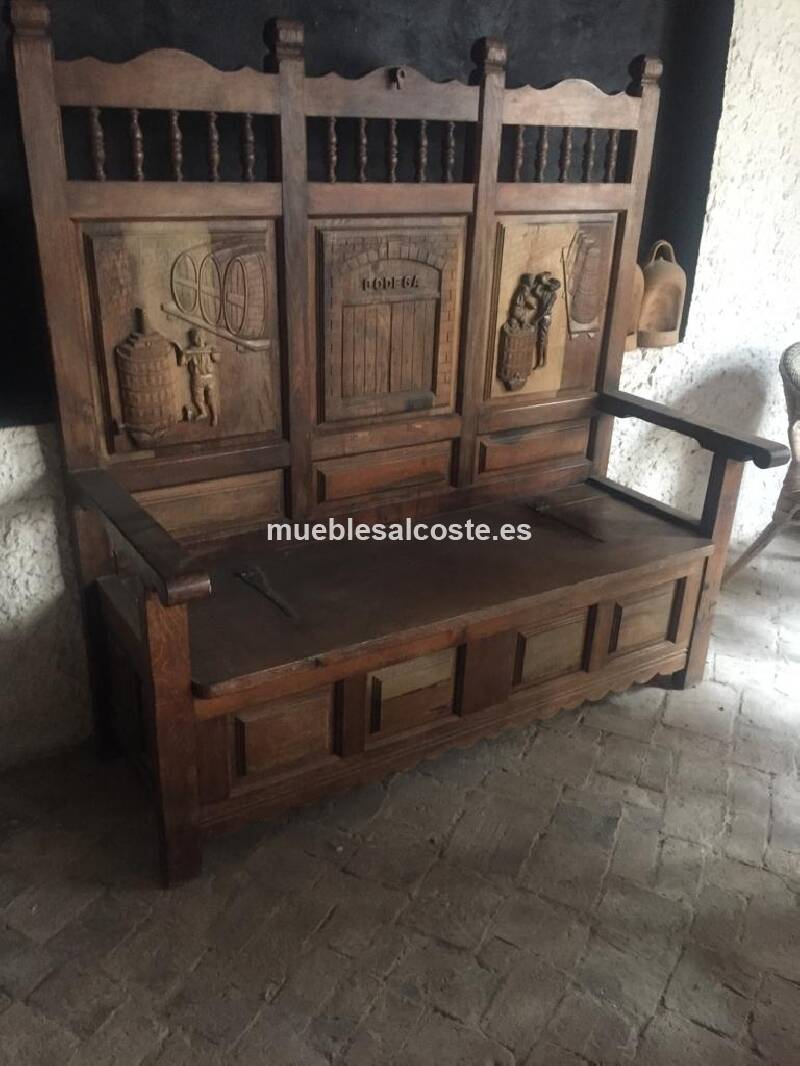 Banco de madera con escenas de vendimia , asiento se levanta para almacenaje, talladas