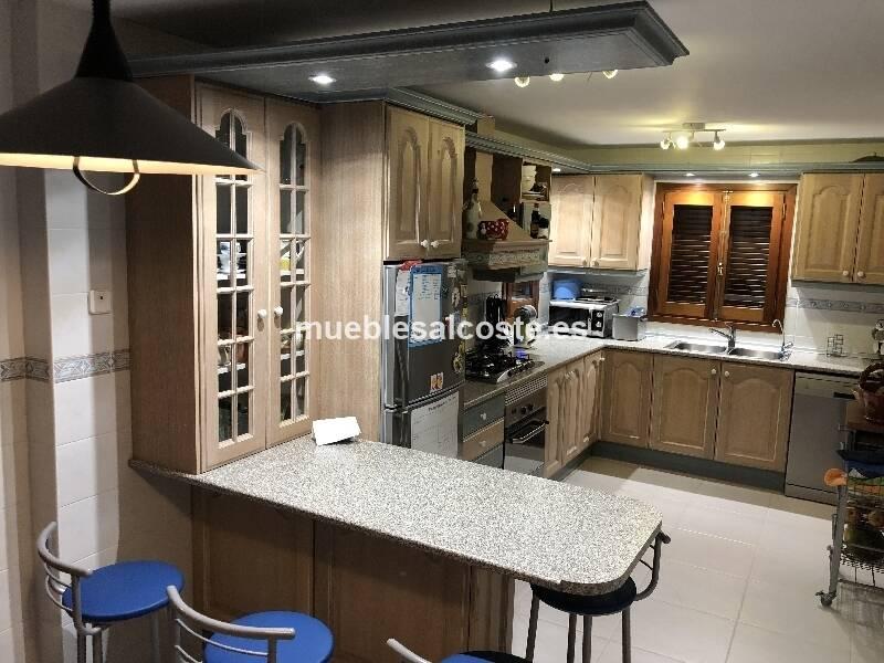 Cocina madera lacada decape bicolor. Medidas 2,50x4,15